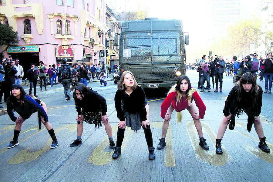 Una foto che ritrae la scena del corteo femminista a Santiago del Cile il 6 giugno