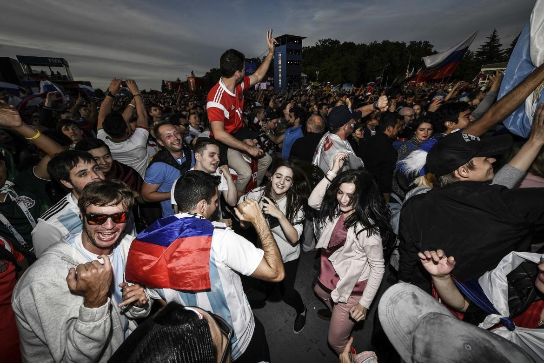 Tifosi russi dopo il match con l'Arabia saudita