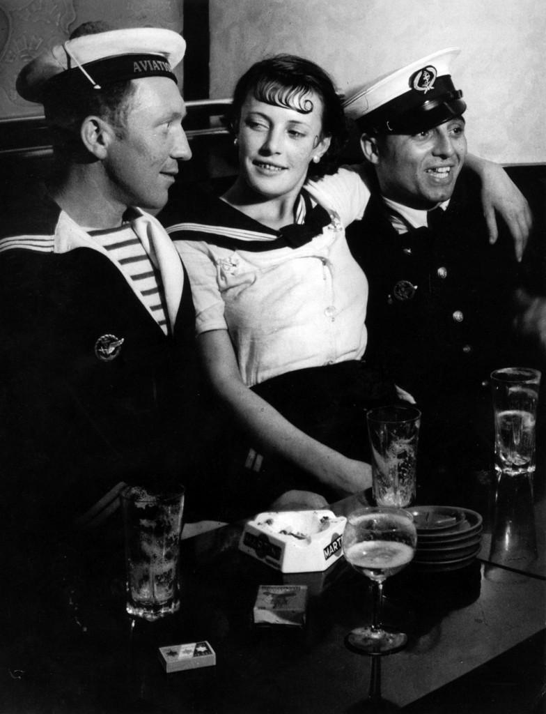 Brassaï, Conchita  con marinai, Parigi, Place d'Italie, ca. 1933, foto presa da Brassaï:The Eye of Paris, Abrams 1998