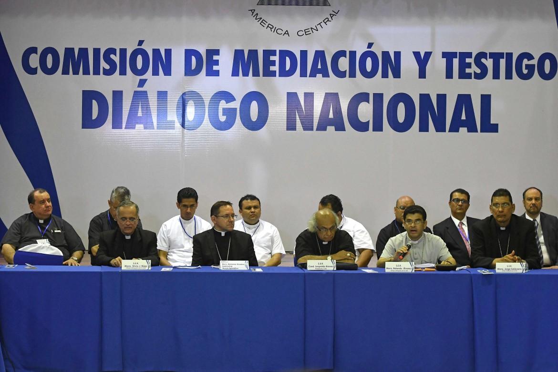 la delegazione per il dialogo della Chiesa cattolica nicaraguense con al centro l'arcivescovo Leopoldo Brenes