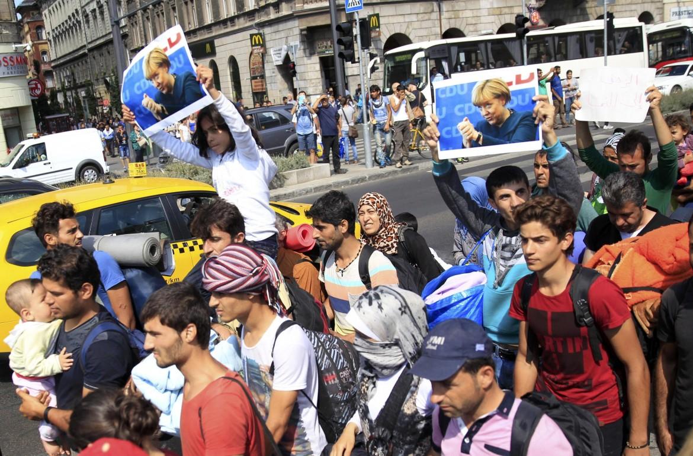La marcia dei profughi in fuga dall'Ungheria nel 2015, sotto Horst Seehofer