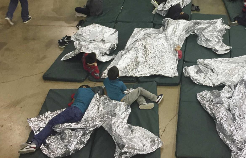 Bambini portati via ai genitori migranti illegali in una sede della polizia di frontiera a McAllen, in Texas