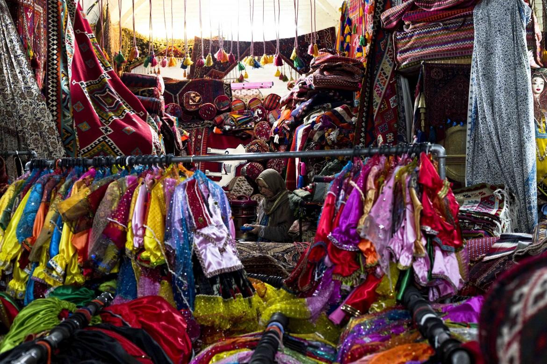 Donna sceglie i tappeti nel bazar di Shiraz