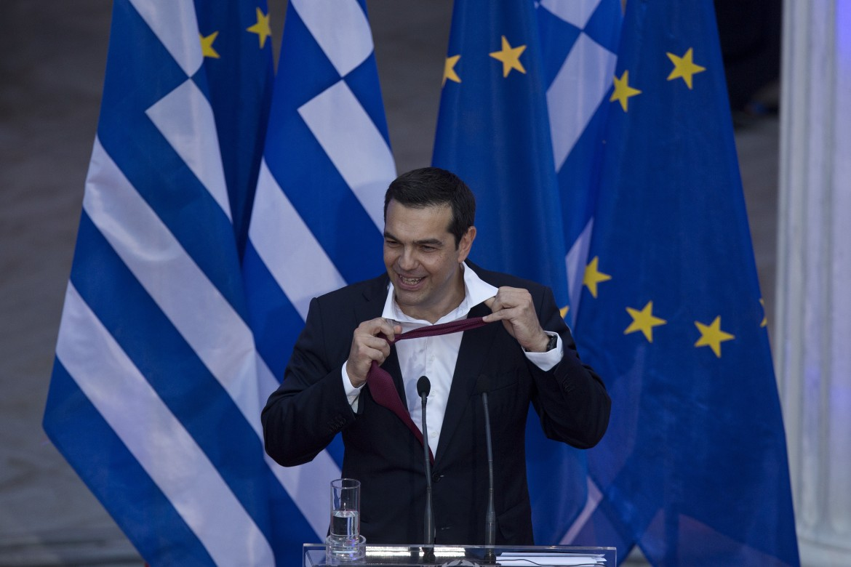 Tsipras si allenta la cravatta messa per per la prima volta per onorare la promessa fatta sull'uscita dal memorandum alla fine del suo discorso al parlamento di Atene
