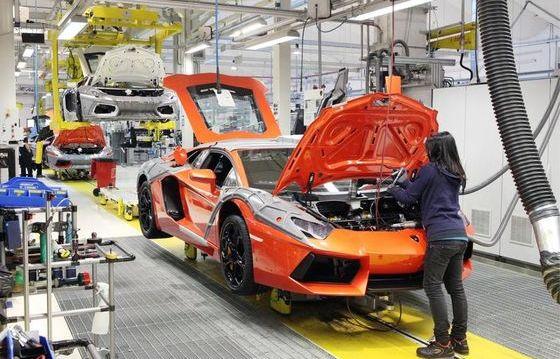 Una lavoratrice in uno stabilimento Lamborghini