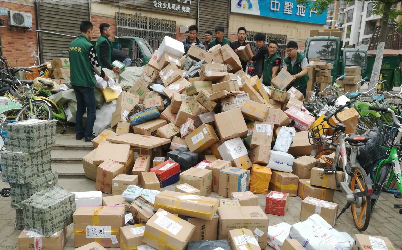 Prodotti in attesa di essere distribuiti in tutto il mondo nella città di Huefei