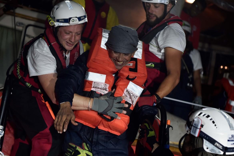 Il trasferimento dei migranti a bordo della nave Aquarius