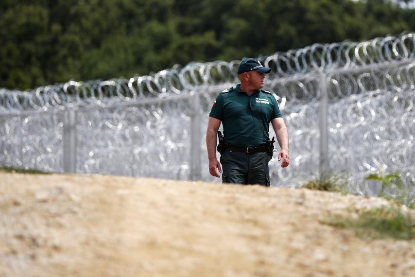 Polizia bulgara lungo il confine recintato