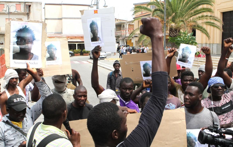 La protesta dei migranti al campo di San Ferdinando dopo l'omicidio di Soumayla Sacko