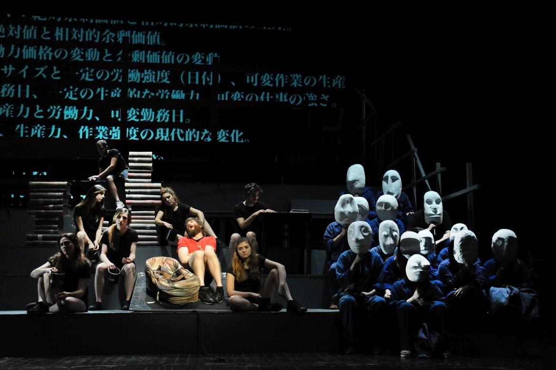 Una scena della pièce teatrale «Il Capitale di Marx» andata in scena al teatro Argentina di Roma