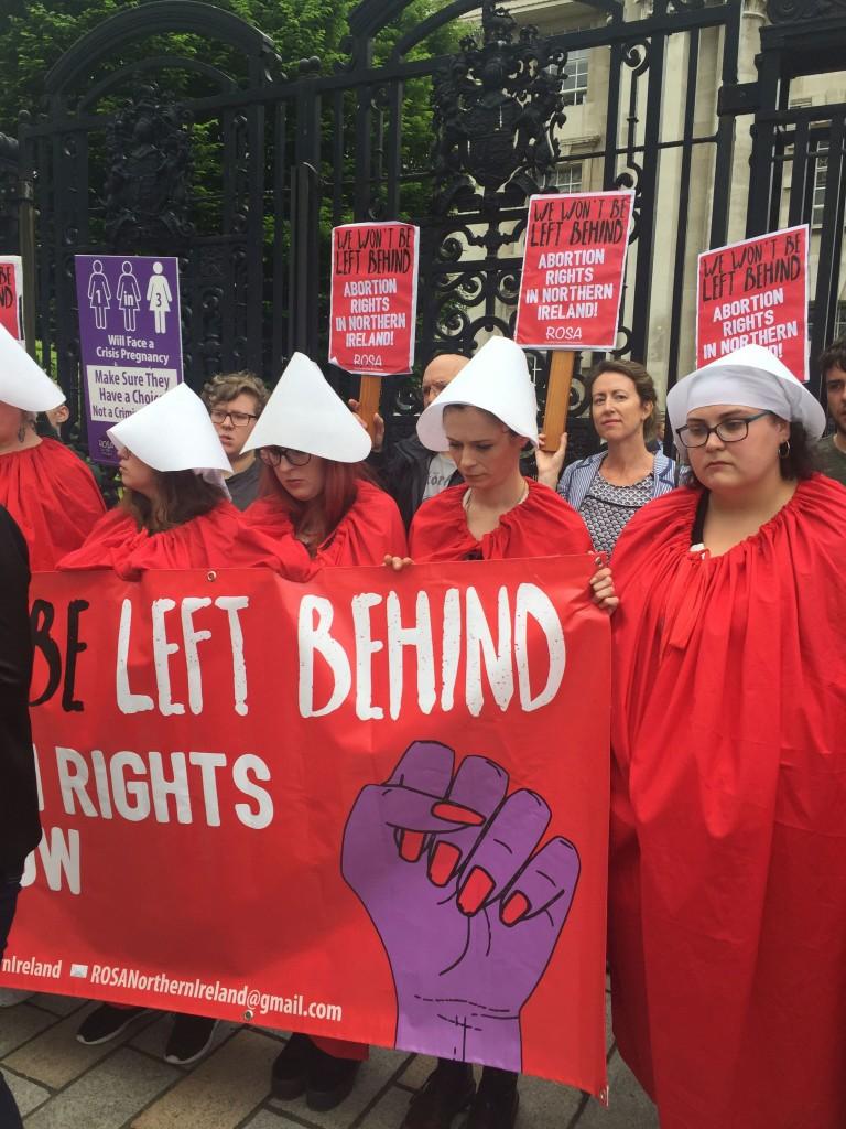 Protesta delle attiviste pro-choice davanti all'Alta corte di Belfast