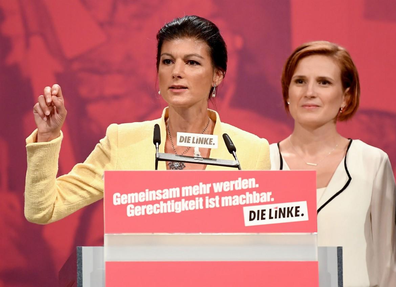 Sarah Wagenknecht (a sinistra) e la leader della Linke Katja Kipping al congresso di Lipsia