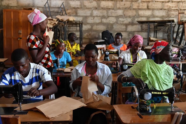 Un laboratorio tessile nel campo di Kakuma