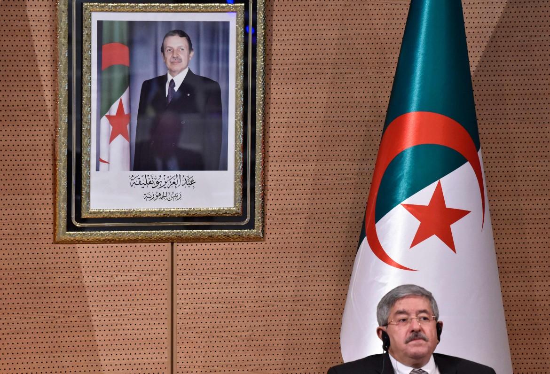 Il primo ministro algerino Ahmed Ouyahia sotto un'immagine del presidente Bouteflika