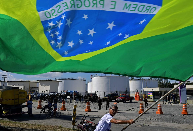 Protesta davanti alla raffineria di Duque de Caxias, nell'area di Rio de Janeiro