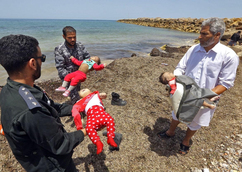 Il recupero dei corpi dei migranti dopo il naufragio al largo della Libia