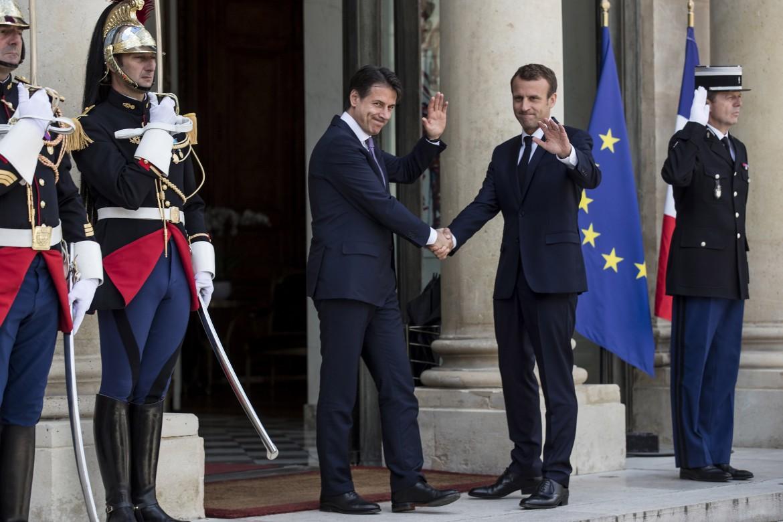 Stretta di mano all'Eliseo tra Emmanuel Macron incontra e Giuseppe Conte