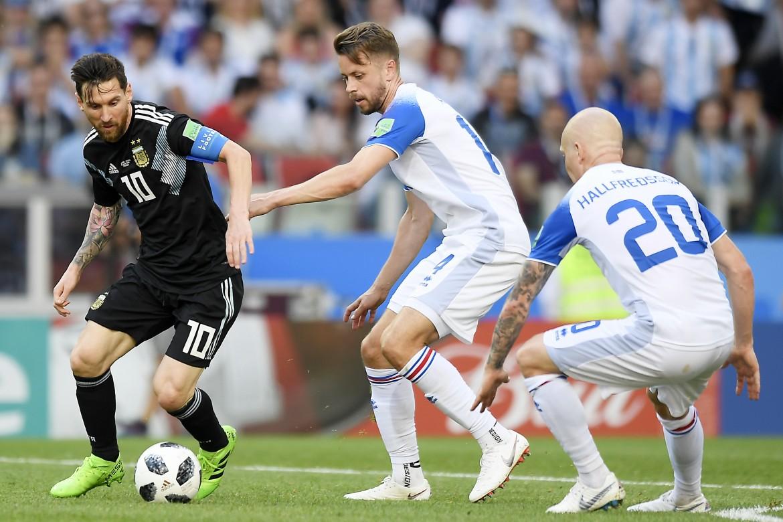 Messi in un'azione di Argentina Islanda 1-1