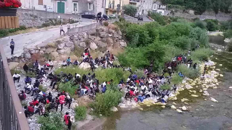Migranti sul fiume Roja