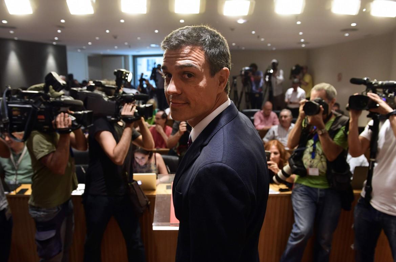 Il premier Pedro Sánchez, sotto manifestazione femminista in Spagna e parte dela squadra di governo: 12 dei 17 ministri
