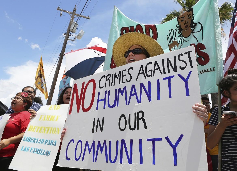 La protesta dei residenti di McAllen, in Texas, contro le separazioni delle famiglie migranti