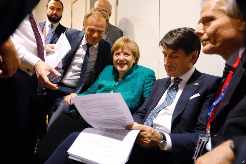 Il premier italiano Conte tra Merkel e Tusk