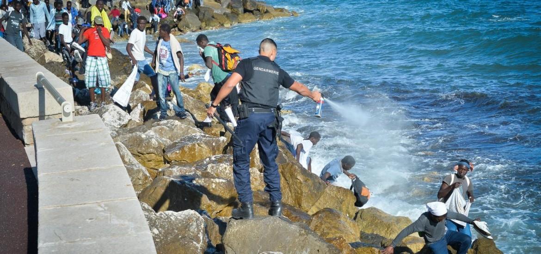 Mentone, la gendarmerie a lavoro contro i migranti