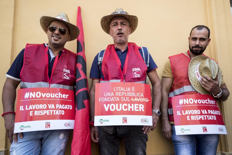 Roma, piazza Montecitorio, la protesta dei sindacati contro i «nuovi» voucher