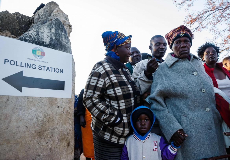 Donne dello Ziimbabwe in fila per votare alle prime luci del giorno