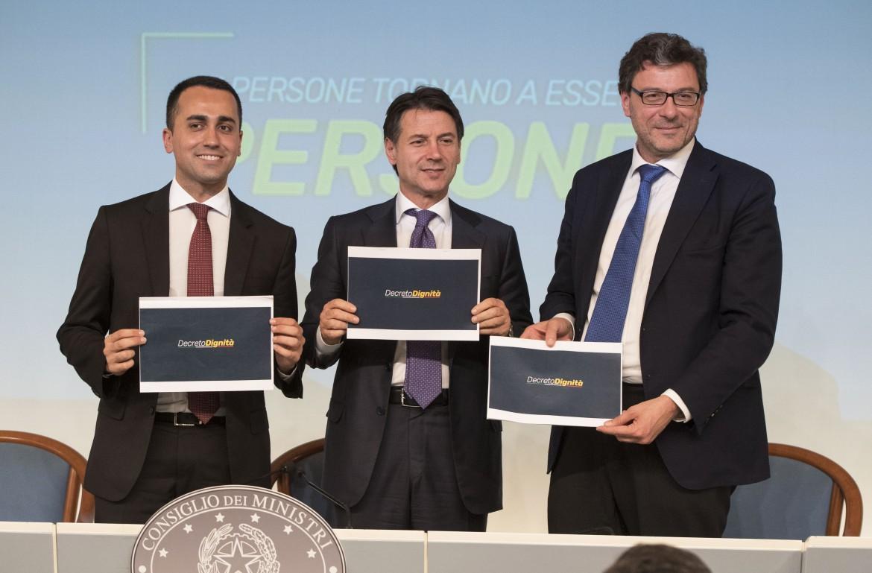 Luigi Di Maio, Giuseppe Conte e Giancarlo Giorgetti alla conferenza stampa sul decreto dignità