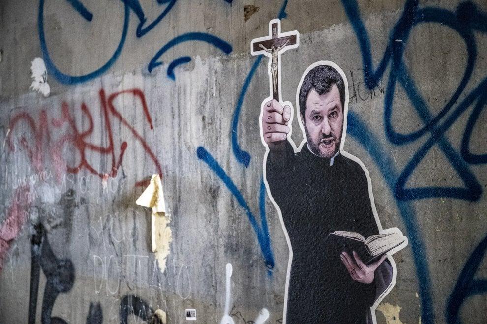 Il murales apparso ieri a Roma raffigura Salvini in tonaca da prete e crocifisso