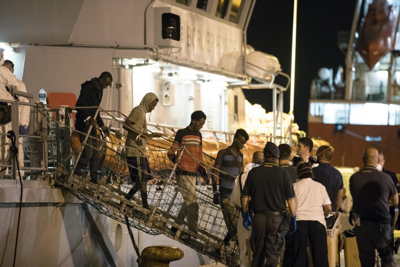 Lo sbarco dei migranti a Pozzallo