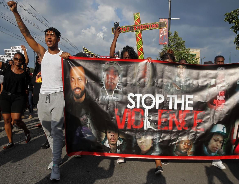 Le proteste a Chicago contro l'ennesimo omicidio di un afroamericano da parte di un poliziotto
