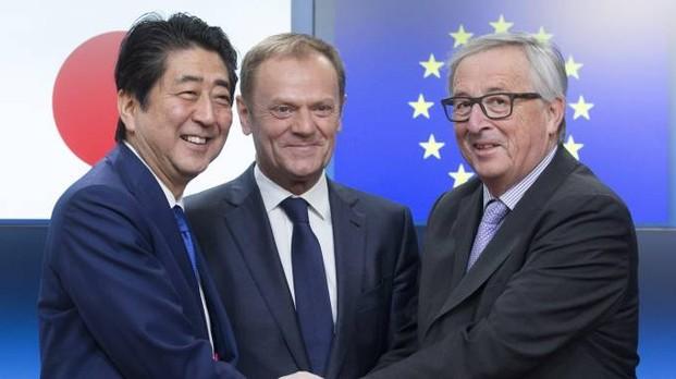 Abe con Tusk e Juncker