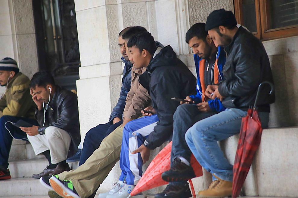 Migranti in attesa nei pressi di una Questura