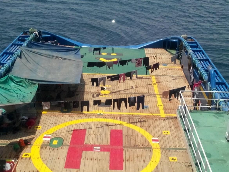 Panni stesi sulla pista per elicotteri del cargo tunisino Sarost 5