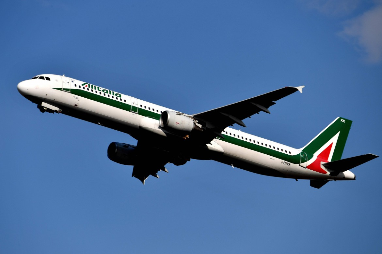 Un aereo Alitalia in decollo