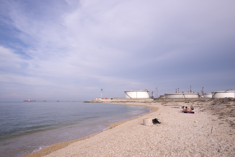 Falconara Marittima, un'immagine della raffineria che sorge accanto alla spiaggia