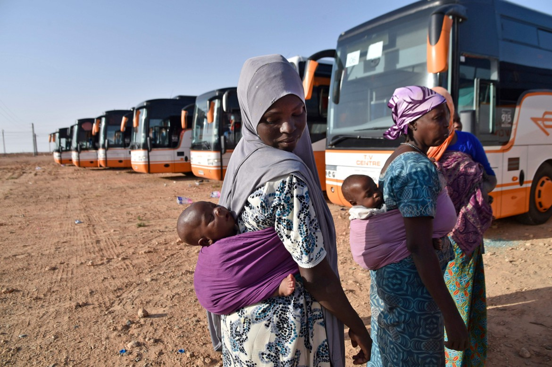 Migranti nigerini rimpatriati alla frontiera algerina