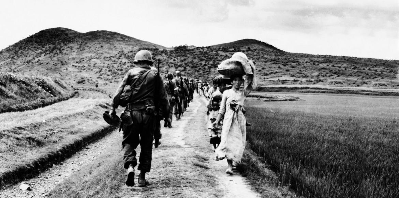 Corea, agosto 1950,  una colonna  di soldati americani incrocia  alcuni sfollati in fuga