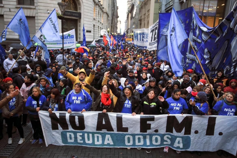 Manifestazione contro il Fondo monetario internazionale e il G20 per le strade di Buenos Aires,in alto Christine Lagarde