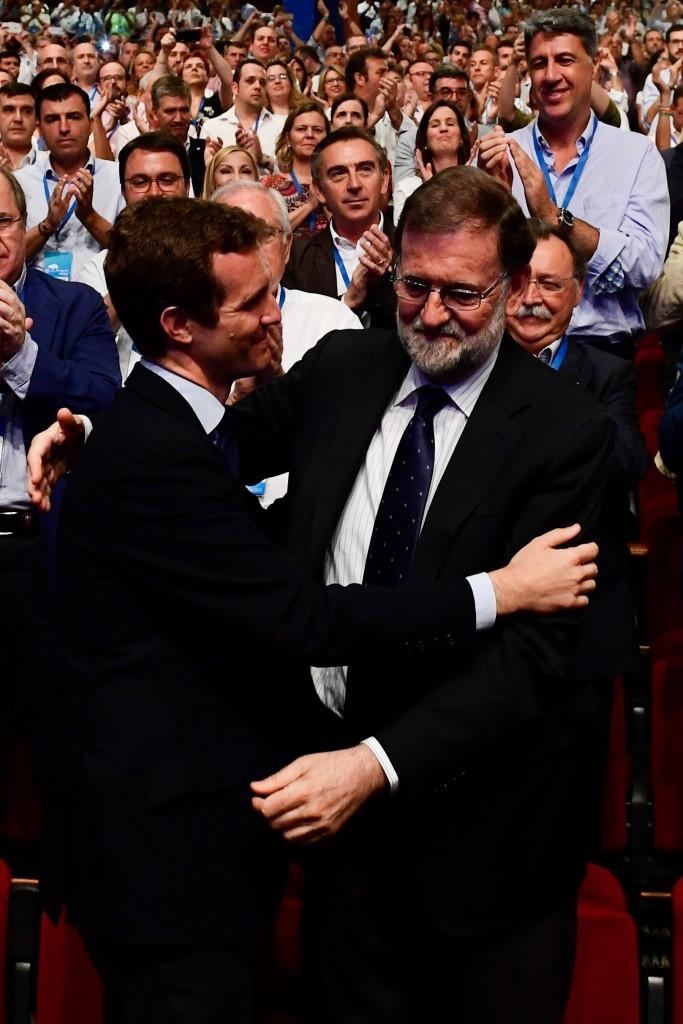 Il congresso di Madrid: Pablo Casado, eletto presidente del Pp, abbraccia Mariano Rajoy