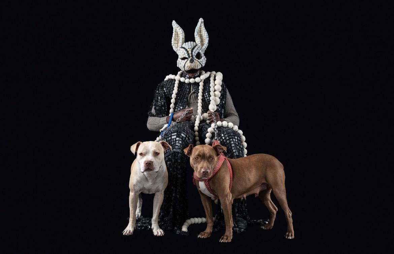 «The Dogs Keeper» di Maurice Mbikayi, sotto in una foto di Manuela De Leonardis