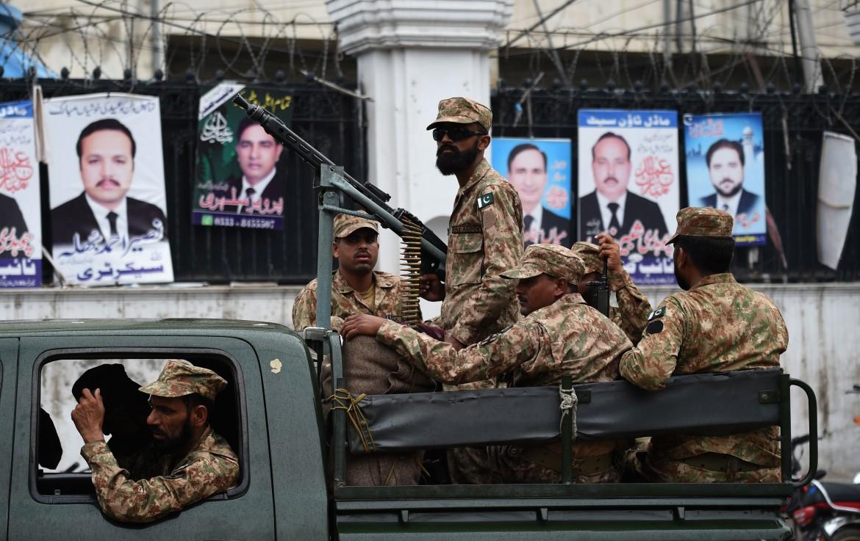 Manifesti elettorali in una Lahore blindata in vista del voto di oggi