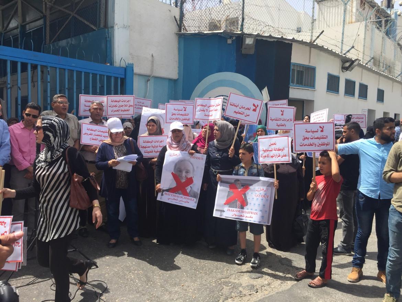 La protesta di ieri a Gaza di fronte agli uffici dell'agenzia Onu per i rifugiati palestinesi Unrwa