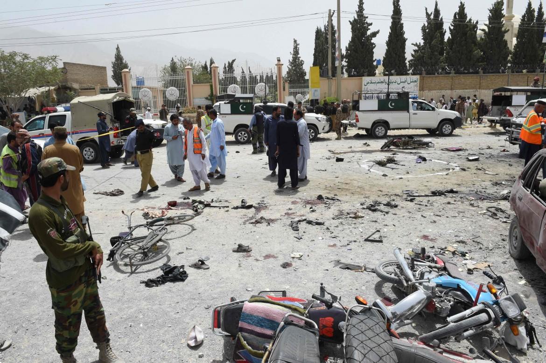 Macerie e morti dopo l'attentato contro un seggio a Quetta