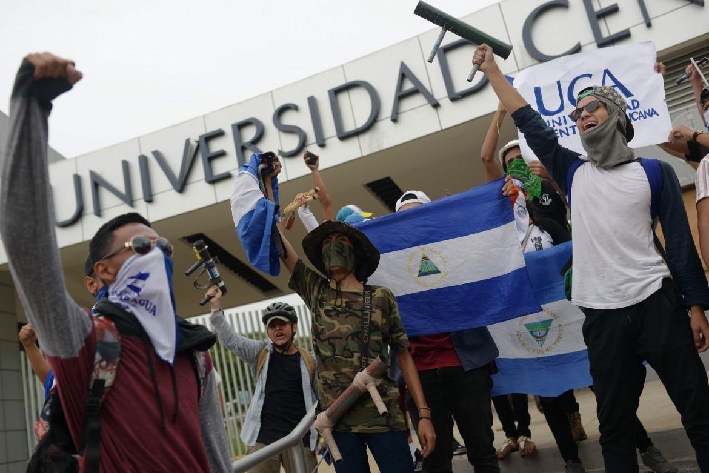 Studenti nell'università occupata di Managua protestano contro il governo Ortega il 23 luglio