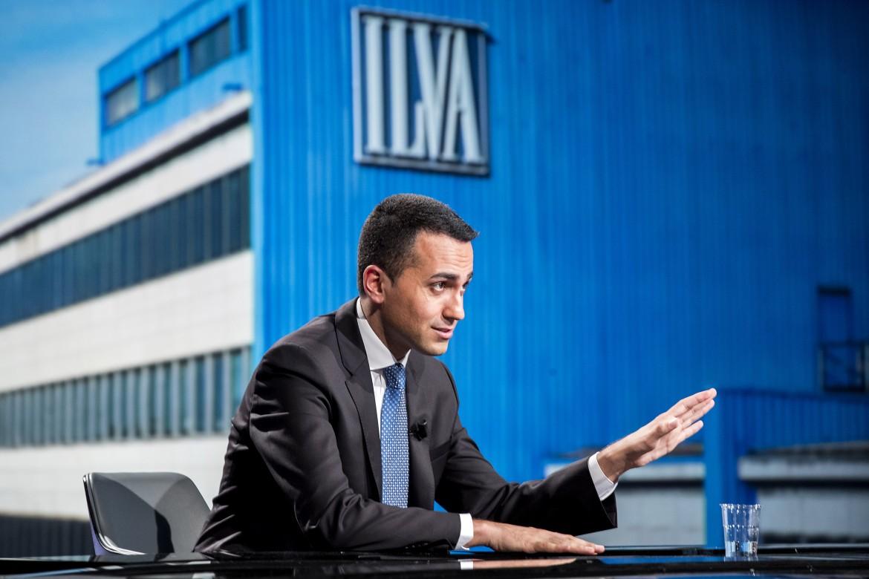 Il vicepremier Luigi Di Maio davanti ad un'immagine dell'Ilva