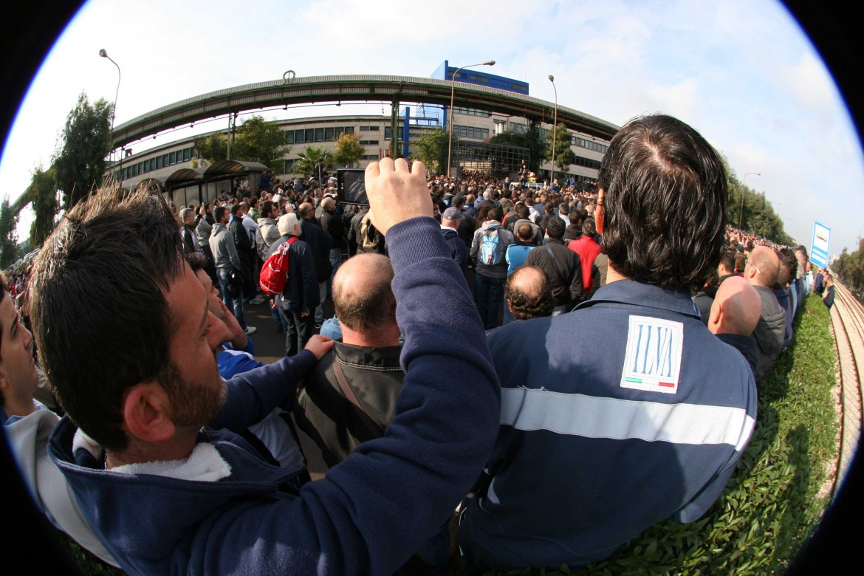 Una assemblea di lavoratori Ilva a Taranto