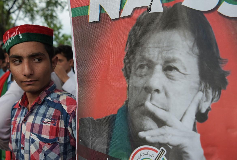 Un sostenitore di Imran Khan, fuori dalla sua residenza a Islamabad